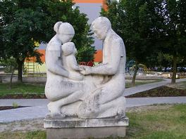 800px-parents_with_child_statue_hrobakova_street_bratislava.JPG
